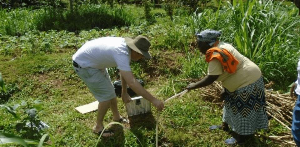 Des personnes en train d'irriguer un champs avec le systèmeSunny irrigation