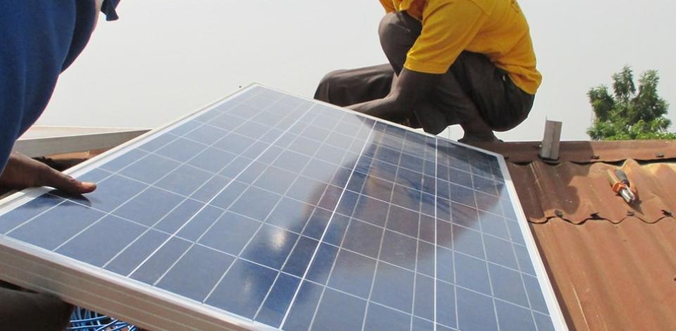 Installation d'un panneau solaire sur un toît au Togo